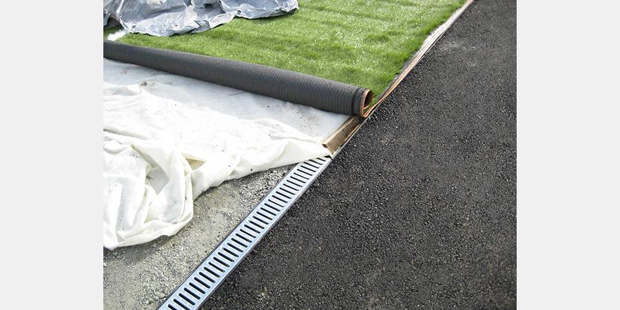 устройство фильтрующего слоя при укладке искусственного газона